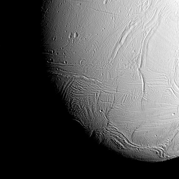 Hrjúft yfirborð Enkeladusar eins og það kom fyrir sjónir Cassini ...