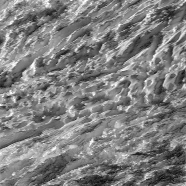 Gárur í ísskorpu Enkeladusar. Myndin var tekin þegar Cassini var ...