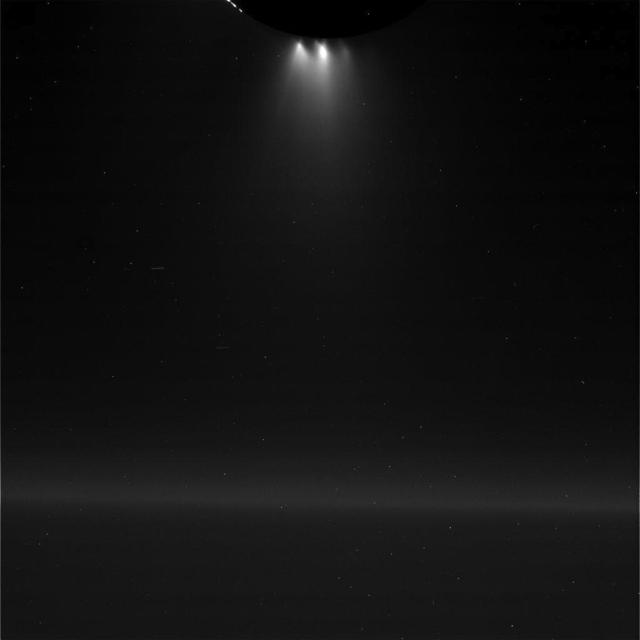 Strókur stígur upp frá yfirborði Enkeladusar þegar Cassini flaug rétt ...