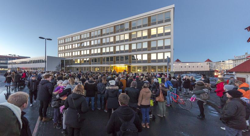 Fjömargir komu og mótmæltu því að mennirnir voru ekki hnepptir ...