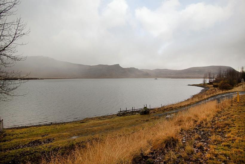 Húsið stendur við Meðalfellsvatn.