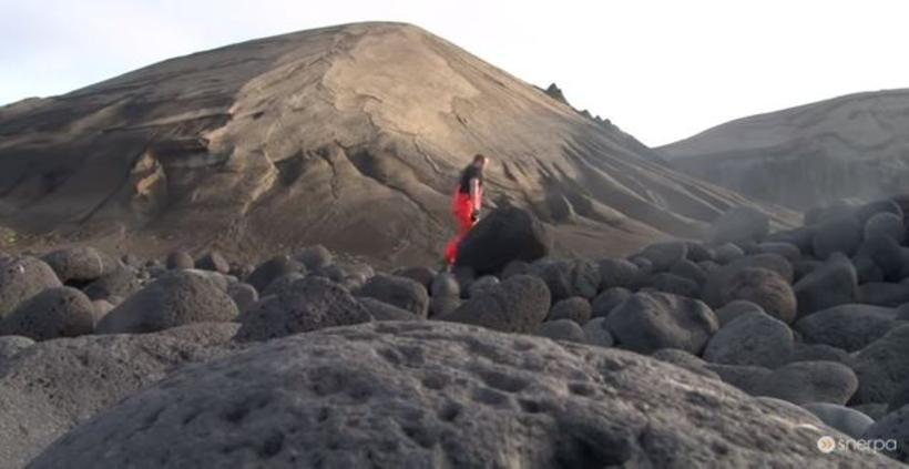 Sjómennirnir gengu á land í Surtsey.