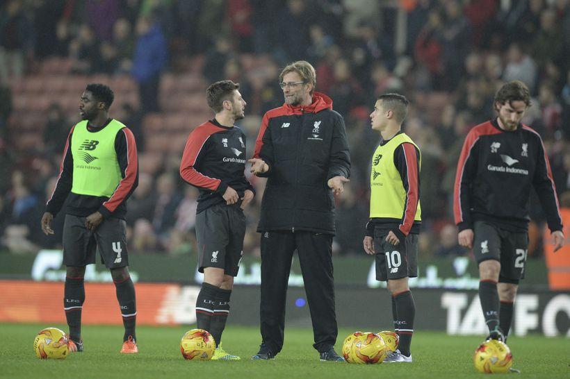Adam Lallana ræðir við Jürgen Klopp fyrir leikinn gegn Stoke ...