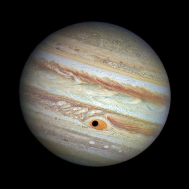 Hubble hefur einnig myndað kunnulegri fyrirbæri eins og reikistjörnunar í ...