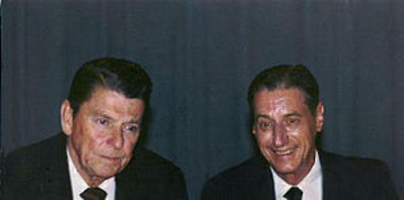 Joseph Granville ásamt Ronald Reagan, fyrrum Bandaríkjaforsteta.