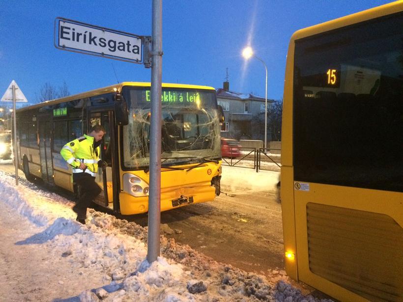 Vagnarnir eru nokkuð skemmdir eftir áreksturinn eins og sjá má ...