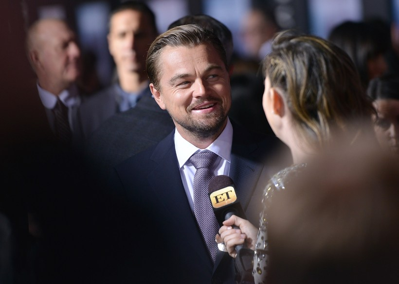 Leonardo DiCaprio ræðir við blaðamann á frumsýningu The Revenant í ...