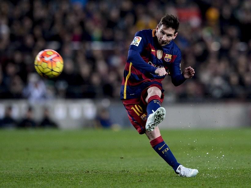 Lionel Messi tekur aukaspyrnu í leiknum í gær.