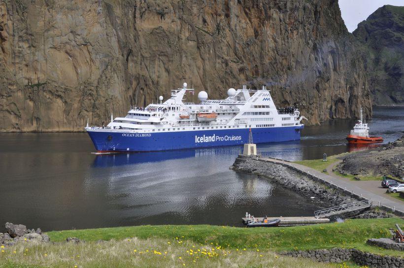 Ocean Diamond á siglingu inn í Vestmannaeyjahöfn, einn áfangastaða í ...