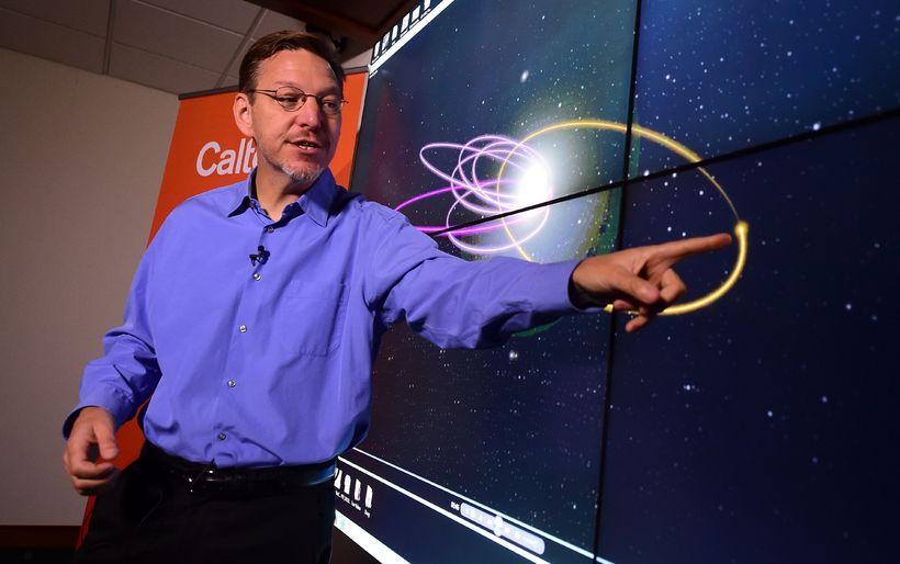 Stjörnufræðingurinn Mike Brown hjá Caltech-háskólanum sýnir sporbaug 9. reikistjörnunnar.