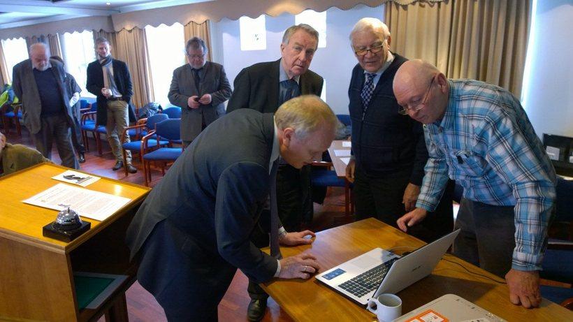 Illugi Gunnarsson, Friðrik Ólafsson og fleiri þyrptust í kringum tölvuna.