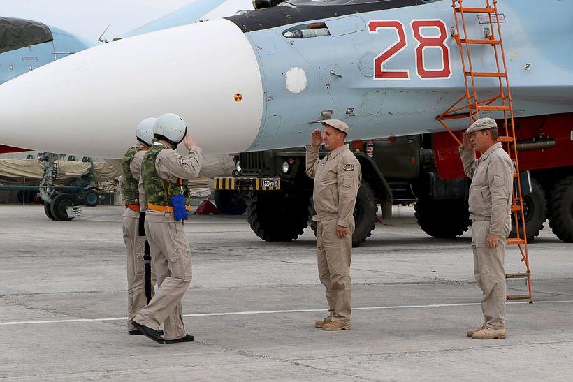 Rússneskir hermenn fyrir framan Sukhoi Su-30SM orrustuflugvél á Hmeimin herstöðinni.