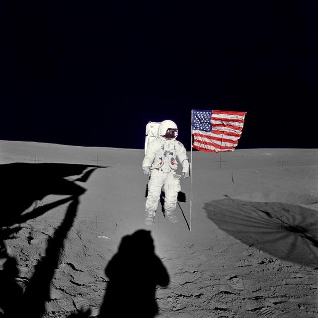 Edgar D. Mitchell, geimfari Apollo 14 leiðangursins, stendur á tunglinu.