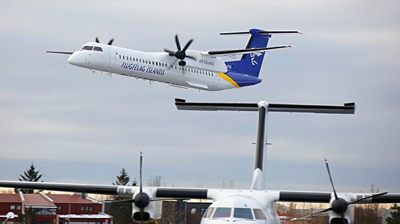Flugvélin tók lágflug yfir flugbrautinni áður en hún lenti mínútum ...
