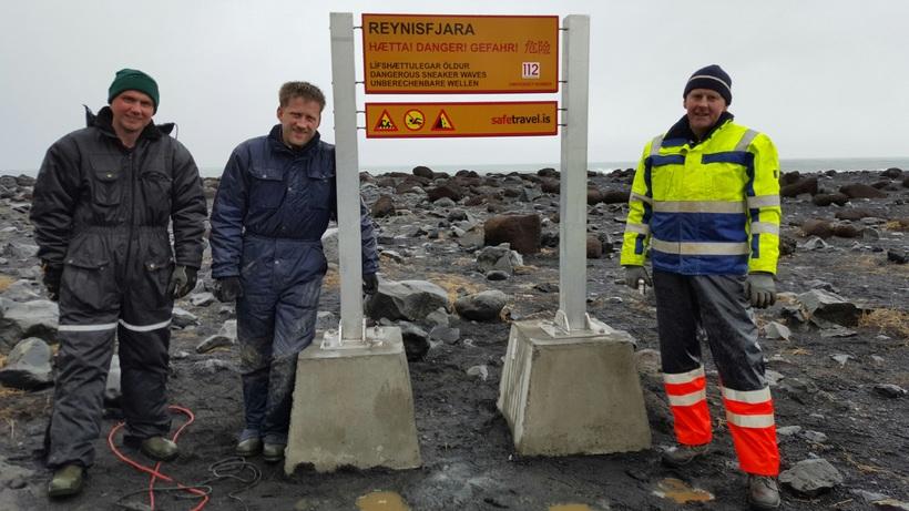 Landeigendurnir þrír við skiltið sem þeir settu upp í dag. ...