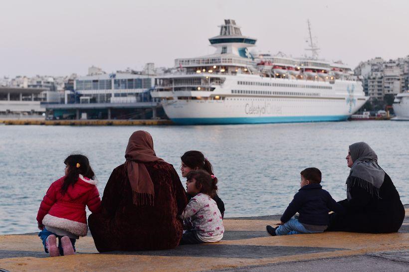 Flóttafólk við höfnina í Piraeus í Grikklandi.