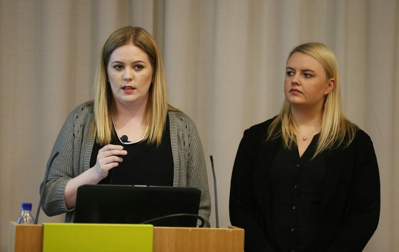 Helga Þórey Friðriksdóttir og Dagný Lóa Sighvatsdóttir kynna niðurstöður sínar.