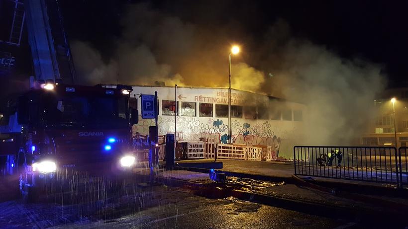 Húsið að Grettisgötu 87 brann í kvöld.