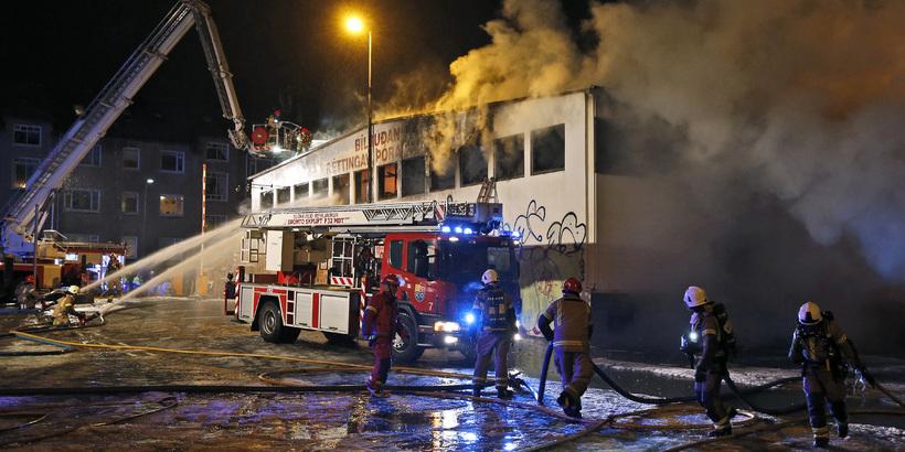 Húsið að Grettisgötu 87 brennur.
