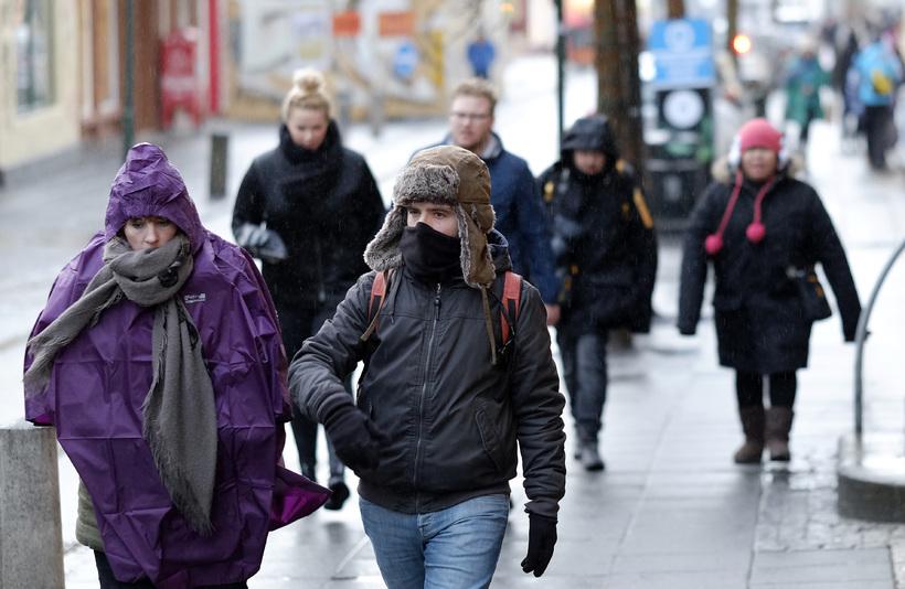 Ferðamenn klæða sig í samræmi við aðstæður í miðborg Reykjavíkur.