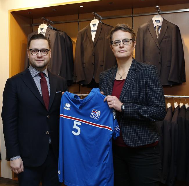 Klara Bjartmarz afhenti Vilhjálmi Svan Vilhjálmssyni, verslunarstjóra landsliðstreyju.