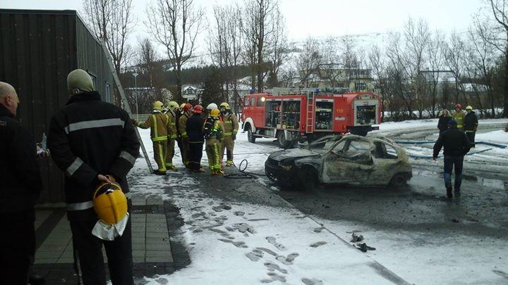 Bíllinn brann til kaldra kola.