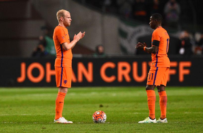 Davy Klaassen og Quincy Promes klappa fyrir Johan Cruyff.
