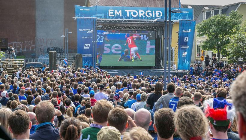 The crowd at Ingólfstorg.