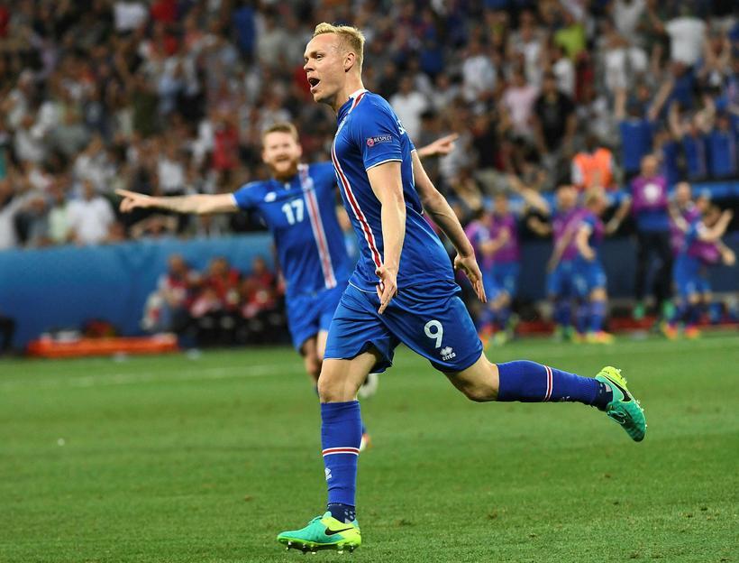 Kolbeinn Sigþórsson fagnar markinu sem hann skoraði gegn Englandi í ...