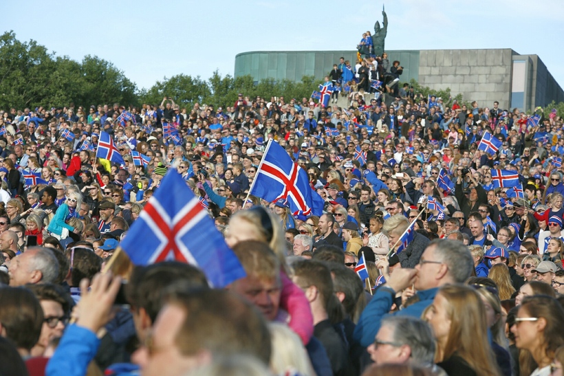 Crowds at Arnarhóll this evening.