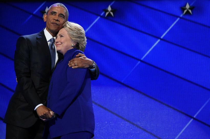 Hillary Clinton í blárri dragt ásamt Obama.