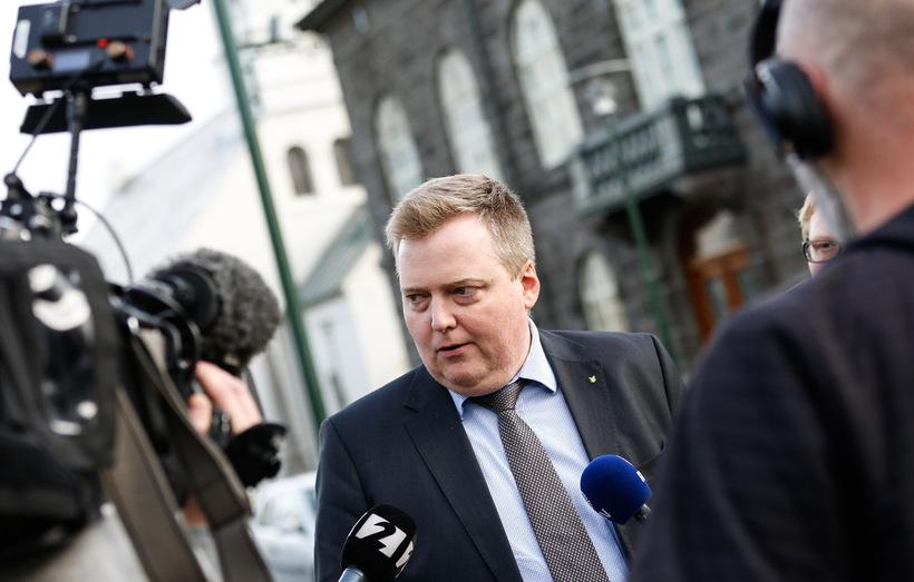 Sigmundur Davíð ræðir við blaðamenn að loknum þingflokksfundi í gær.