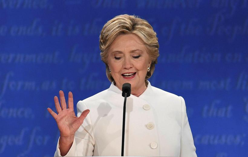 Hillary Clinton í hvítu dragtinni.