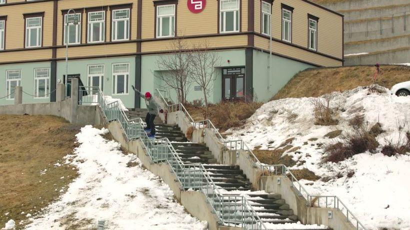 Eiki manages to snowboard down the steps of Akureyri church ...
