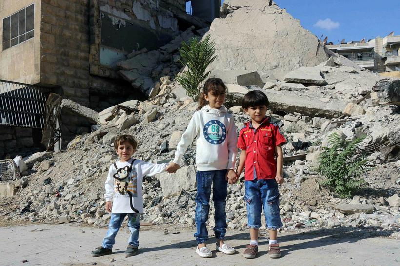 Bana al-Abed ásamt bræðrum sínum í austurhluta Aleppo.