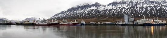 Norðfjarðarhöfn í dag. Norsk loðnuskip með afla og heimaskipin bundin ...