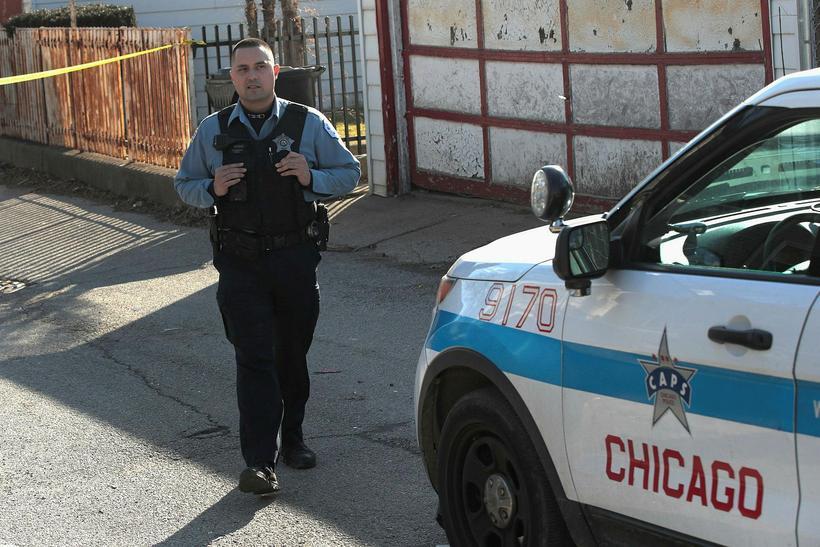 Lögreglan rannsakar vettvang árásarinnar í Chicago.