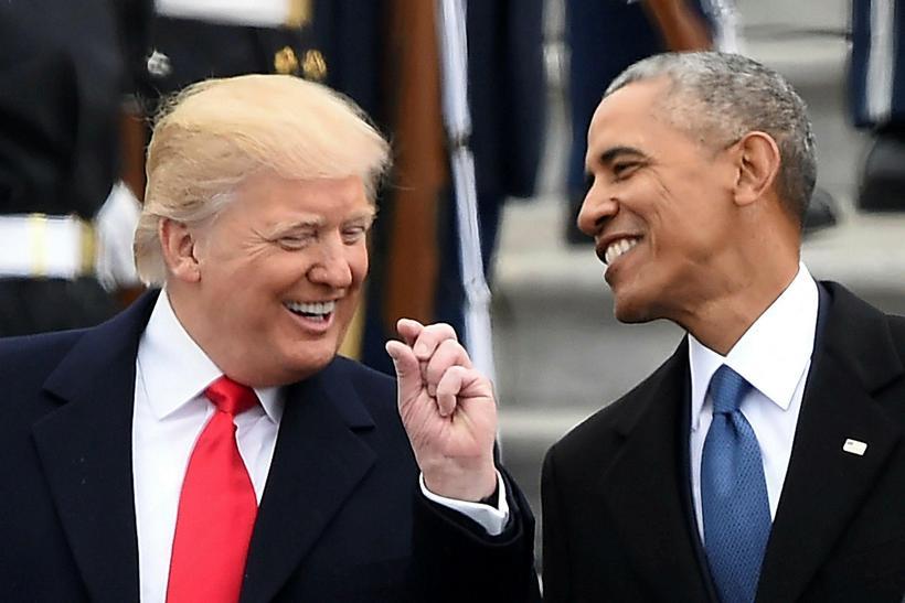 Donald Trump Bandaríkjaforseti og Barack Obama saman á tröppum þinghússins ...