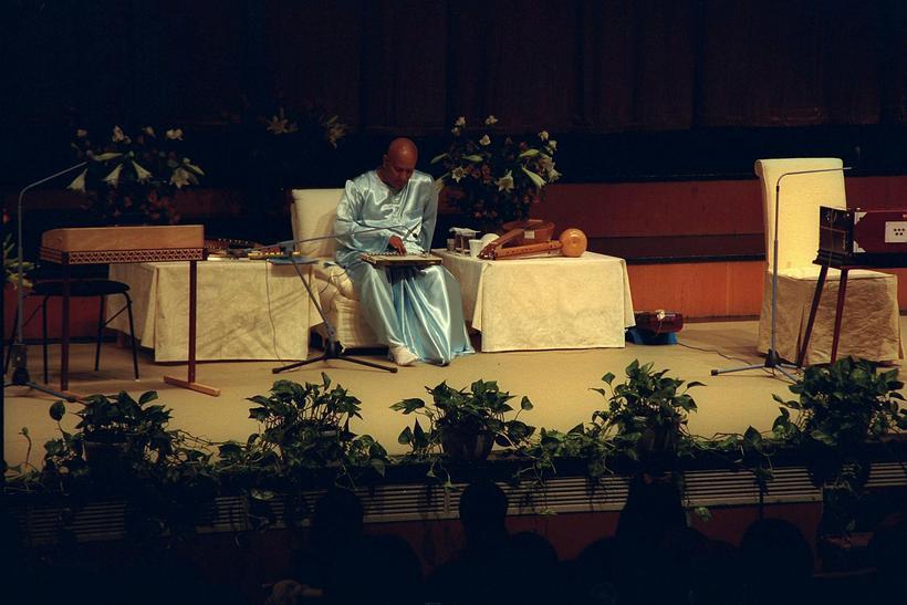 Sri Chinmoy performed at a peace concert in Háskólabíó, Reykjavik