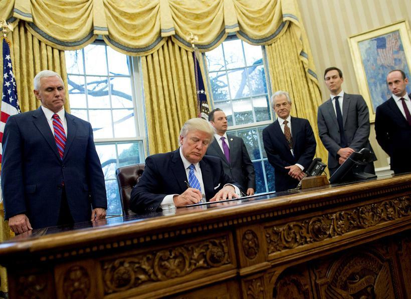 Donald Trump Bandaríkjaforseti skrifar undir áætlun ríkisins varðandi fóstureyðingar.