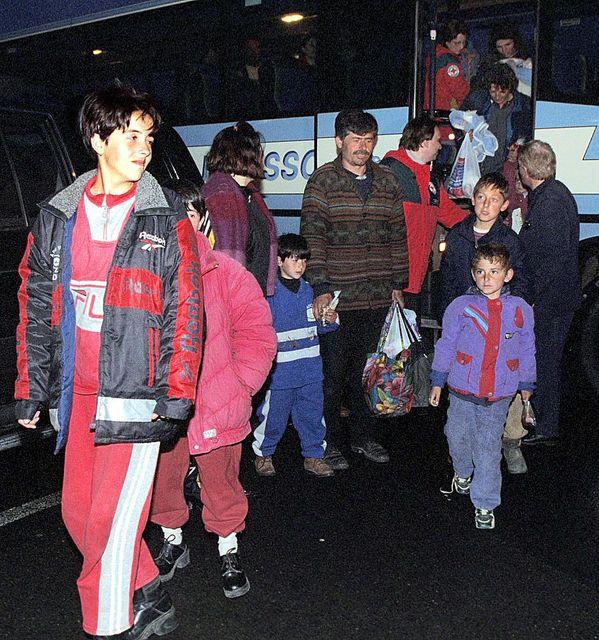 Flóttamenn frá Kosovo koma til Reykjavíkur árið 1999. Alls var ...