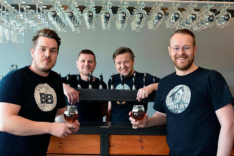 Ölstofa The Brothers Brewery í Vestmannaeyjum. Eigendurnir og starfsmennirnir frá ...