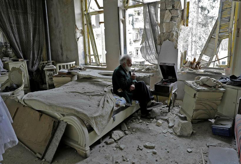 Mohammad Mohiedine Anis er sjötugur íbúi í Aleppo. Hann sést ...