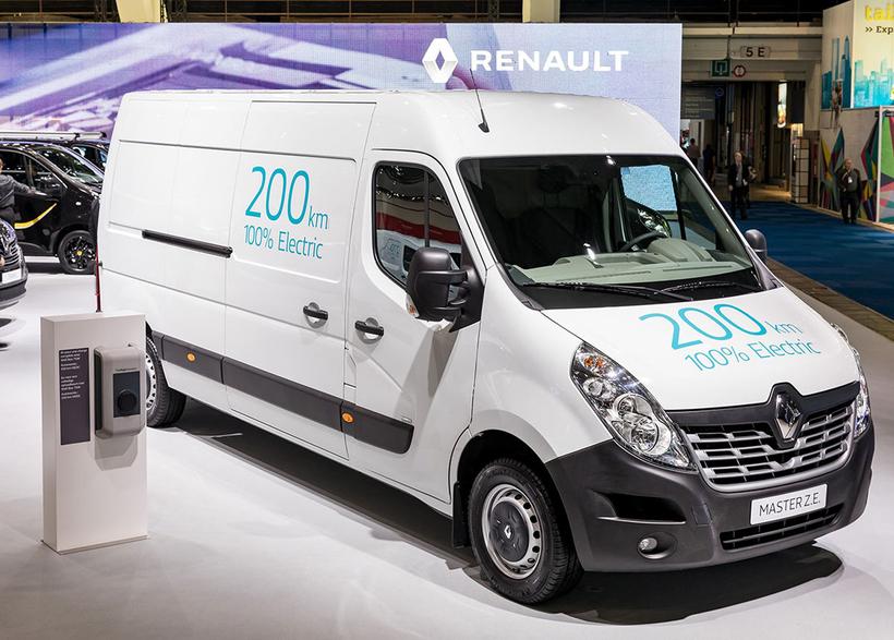Renault Master sést hér til sýnis sem rafsendibíllinn á bílasýningunni ...