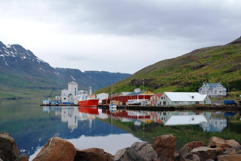 Húsið var áður í rauðum og gulum lit með þaki ...