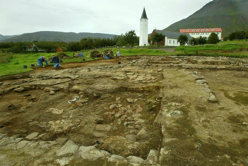 Uppgröftur fornra bæjarhúsa að Hólum í Hjaltadal.