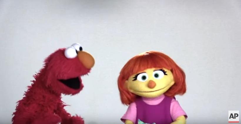 Elmo ræðir við Juliu.