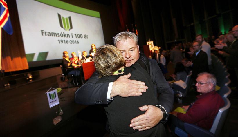 Sigurður Ingi fagnar formannskjörinu á flokksþingi Framsóknarflokksins í september 2016.