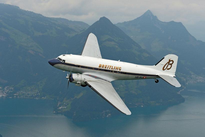 Gamli tíminn. Flugvélin er af gerðinni Douglas DC-3 og var ...