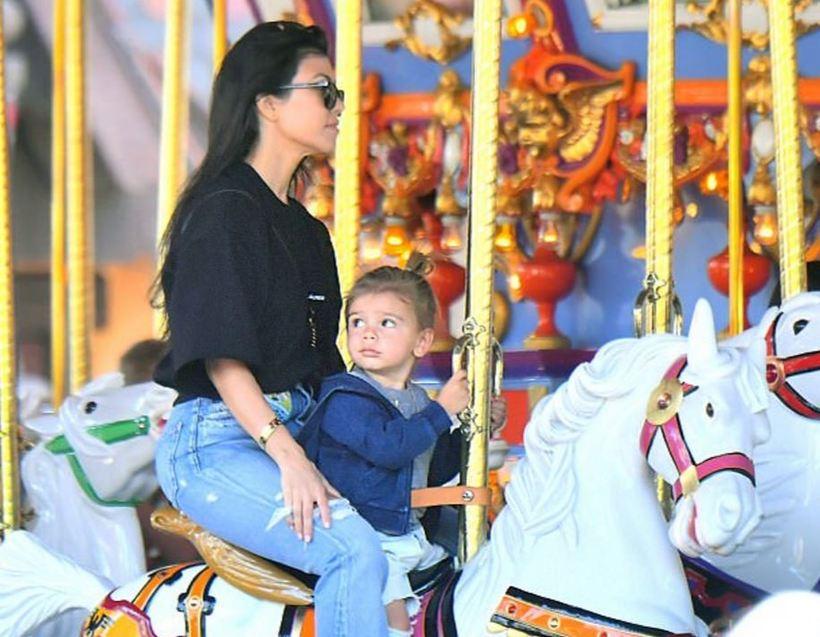 Kourtney Kardashian ásamt yngsta barni sínu, Reign.